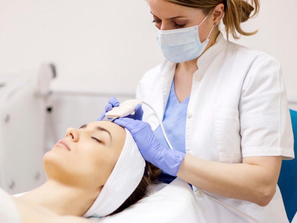 A limpeza de pele deve ser realizada por profissionais capacitados, para evitar danos para a sua cútis. Saiba como escolher o lugar certo no nosso blog!