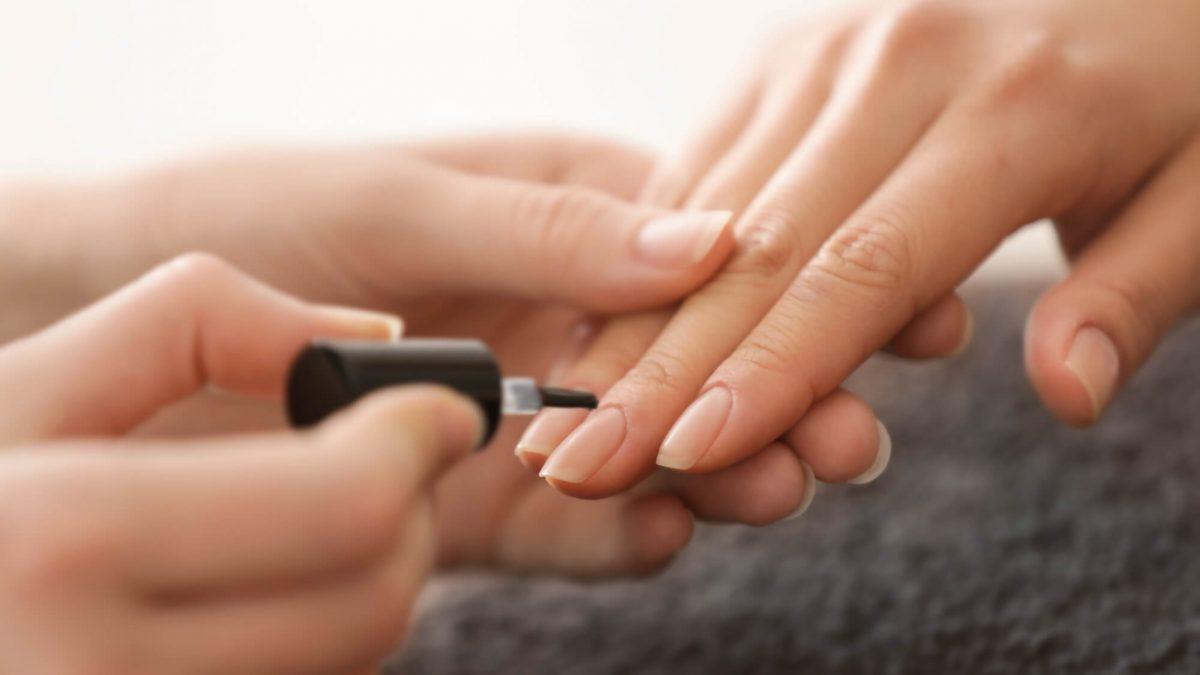 Você sabe quais são os cuidados ao fazer as unhas? Então, leia o artigo que preparamos com todas as dicas para deixar as mãos impecáveis!